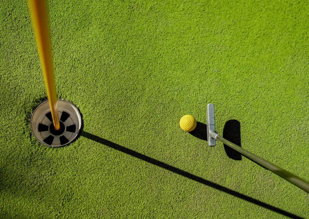 golf on putting greens